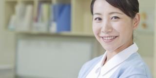 夜勤の準備をする看護師