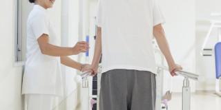 移動介助する看護師