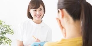 産婦人科、問診する看護師