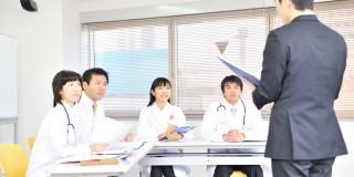 医療機器の説明を受ける看護師など