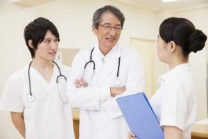 新しい職場で医師と打ち合わせ